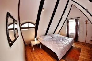 Een bed of bedden in een kamer bij Hostel HOMEr - Old Town Square