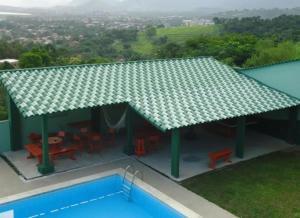 Uma vista da piscina em Pousada Colinas de Maricá ou nos arredores
