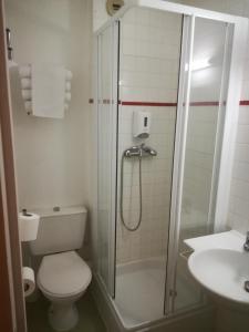 A bathroom at Hotel Inn Design Issoudun
