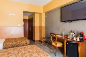 Una televisión o centro de entretenimiento en Hotel Panamericano