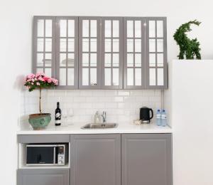 A kitchen or kitchenette at OZONOWANE Apartamenty St Martin Poznan Centrum