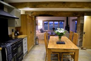 A kitchen or kitchenette at Saddleback View Cottage