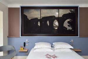 A bed or beds in a room at Hotel Spa Le Calendal