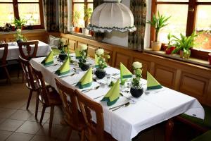 Ein Restaurant oder anderes Speiselokal in der Unterkunft Gasthof Alte Schreinerei