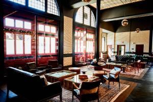 Restaurant ou autre lieu de restauration dans l'établissement Detroit Foundation Hotel