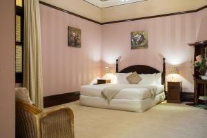 A bed or beds in a room at Petersons Armidale Winery and Guesthouse