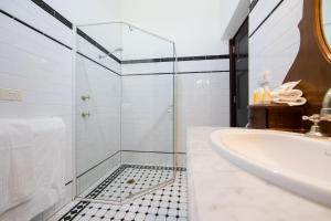 A bathroom at Petersons Armidale Winery and Guesthouse