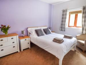 A bed or beds in a room at Foxglove Cottage, Telford