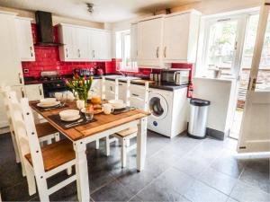 A kitchen or kitchenette at Foxglove Cottage, Telford