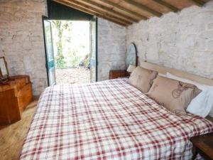 A bed or beds in a room at The Old Workshop, High Peak