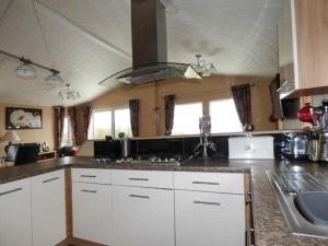 A kitchen or kitchenette at Lake View Lodge, Newquay