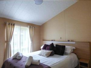 A bed or beds in a room at Lake View Lodge, Newquay