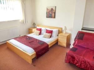 A bed or beds in a room at Beach Retreat, Bournemouth