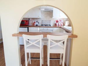 A kitchen or kitchenette at The Annexe, Poole