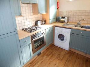 A kitchen or kitchenette at Beach Retreat, Bournemouth