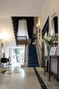 De lobby of receptie bij Hotel Navy