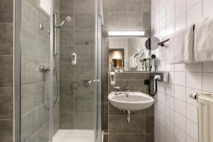 A bathroom at Mercure Stuttgart Zuffenhausen