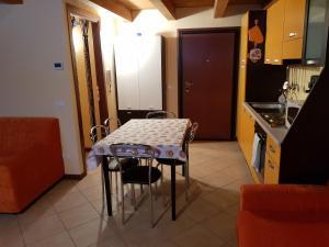 A kitchen or kitchenette at SCI AI PIEDI,PASSEGGIATE,MOUNTAIN BIKE,RELAX