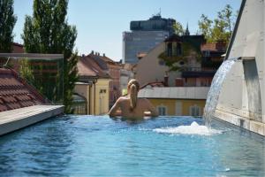 Der Swimmingpool an oder in der Nähe von Vander Urbani Resort - a Member of Design Hotels