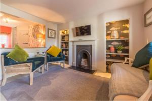 A seating area at No33 Thornham Cottage 3