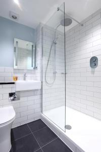 A bathroom at Liverpool Inn Hotel, Sure Hotel Collection by Best Western