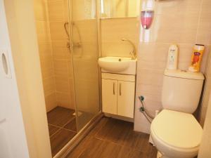 A bathroom at Deeps Hostel