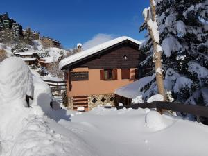 Xalet Refugi Pere Carné during the winter