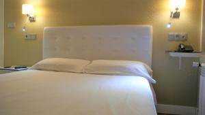 A bed or beds in a room at Hotel Rosal