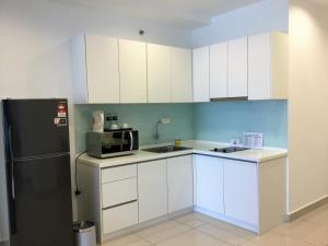 Кухня или мини-кухня в Vouk Suites At Mansion One