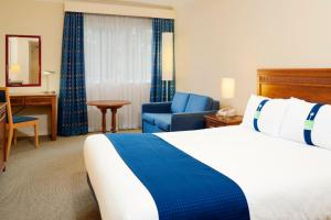 A bed or beds in a room at Holiday Inn Maidstone-Sevenoaks