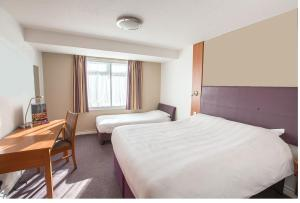 A bed or beds in a room at Redwings Lodge Solihull