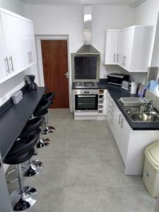 A kitchen or kitchenette at 69 Brithdir Street