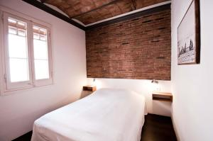 A bed or beds in a room at Barceloneta Suites Apartments Beach