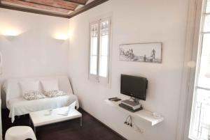 A television and/or entertainment centre at Barceloneta Suites Apartments Beach
