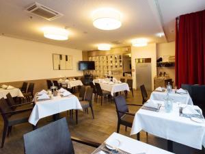 Ein Restaurant oder anderes Speiselokal in der Unterkunft DORMERO Hotel Hannover