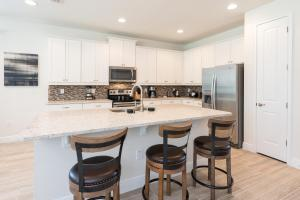A kitchen or kitchenette at Fantastic Home with Media Room & Games near Disney - 7718F