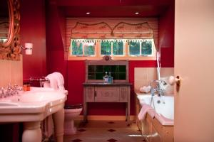 A bathroom at Ravenwood Hall Hotel