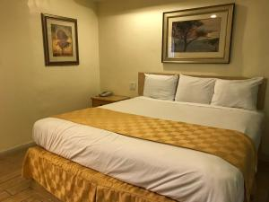 A bed or beds in a room at 777 Motor Inn
