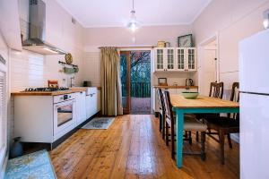 A kitchen or kitchenette at Allambee