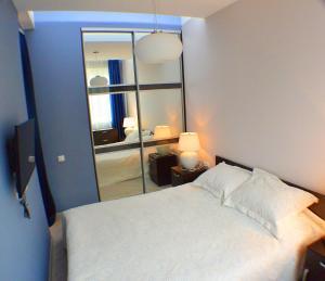 Кровать или кровати в номере Apartments U morya