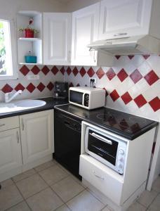 A kitchen or kitchenette at Maison de charme à La Rochelle