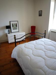 A bed or beds in a room at Maison de charme à La Rochelle