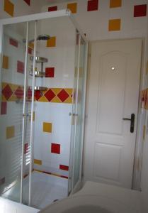A bathroom at Maison de charme à La Rochelle