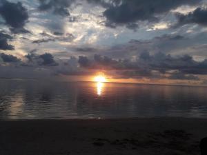 De zonsopgang of zonsondergang vanuit het appartement