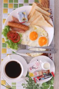 Breakfast options available to guests at Sky Beach