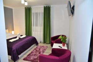Un pat sau paturi într-o cameră la Mondrian Event & Garden