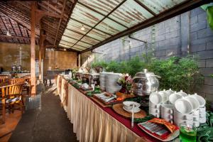 Un restaurante o sitio para comer en Summer Hills Hotel & Villas Bandung