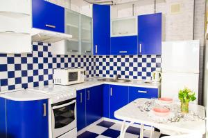 A kitchen or kitchenette at RENT-сервис Apartment Zhukova 144