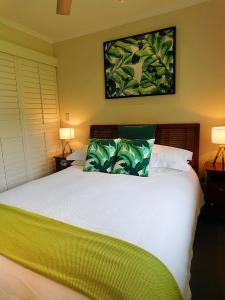 A bed or beds in a room at Watersons at Airlie Central Apartments