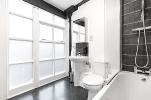 A bathroom at High Street Townhouse Aparthotel